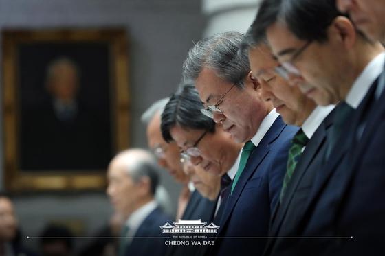 문재인 대통령과 김명수 대법원장이 지난 13일 서울 서초구 대법원청사에서 열린 '대한민국 사법부 70주년 기념식'에서 묵념을 하고 있다.