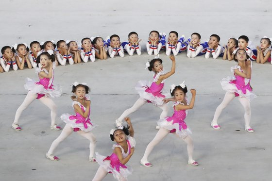 19일 밤 평양 5.1 경기장에서 열린 '빛나는 조국' 공연에서 '꿈도 하나 소원도 하나 평화!번영!통일!'이라는 카드섹션이 펼쳐지고 있다. 2018.9.19/평양사진공동취재단