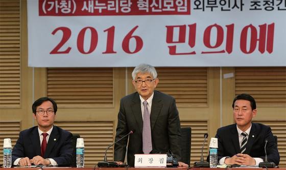 새누리당 혁신 모임이 제20대 총선 직후인 2016년 4월 25일 최장집 고려대 명예교수를 국회로 초청해 간담회를 열었다. 왼쪽부터 새누리당 김영우 의원, 최 교수, 황영철 의원.