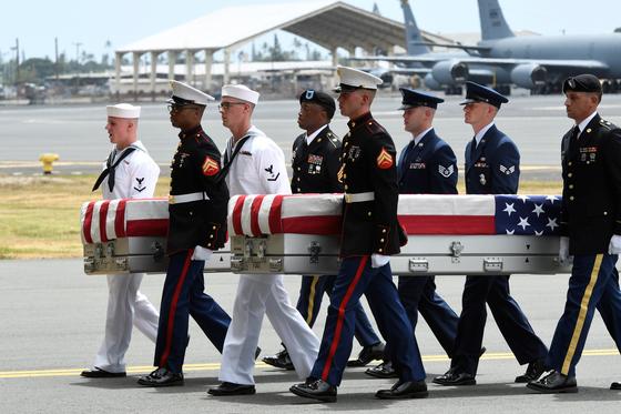 지난달 미군병사들이 4인 1조를 이뤄 6.25 참전 미군 전사자의 유해가 담긴 관을 옮기고 있다. [로이터=연합뉴스]