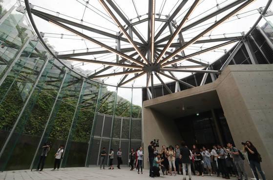 서울 마포구에 위치한 문화비축기지에서 열린 문화비축기지. 관람객들이 문화 공간으로 변모한 석유비축탱크 T1 내부를 둘러보고 있다. [연합뉴스]