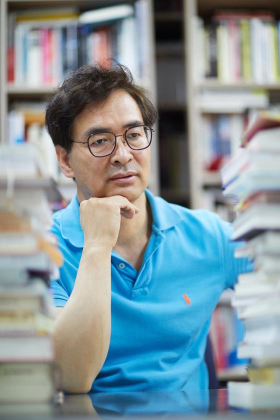 """한양대 교육관 연구실에서 만난 유영만 교수는 """"책, 영화, 놀이와 같은 경험이 많은 사람이 창의적일 확률이 높다. 하지만 유한한 경험은 창의성을 가로막을 수도 있다""""고 했다."""