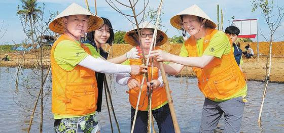SK이노베이션이 지난 5월부터 시작한 글로벌 사회공헌활동인 베트남 맹그로브숲 복원사업이 한국과 베트남 양국의 협력 허브로 진화하고 있다. 복원사업은 베트남 정부?지방자치단체와 대학 등도 참여해 협력의 중심이 되고 있다. [사진 SK이노베이션]