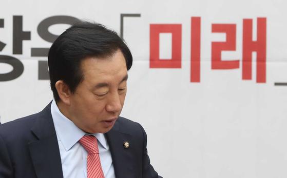 김성태 자유한국당 원내대표가 21일 국회에서 열린 원내대책회의에 참석하고 있다. 오종택 기자