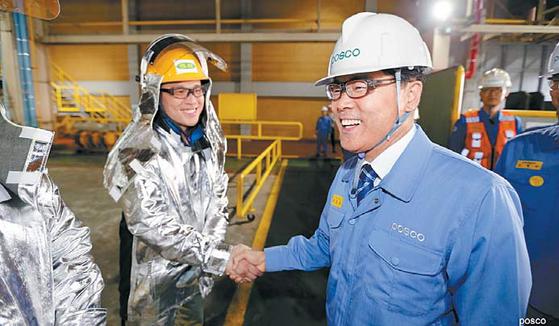 포스코 최정우 회장은 포스코의 새로운 100년을 위해 'With POSCO(더불어 함께 발전하는 기업시민)'를 새로운 비전으로 제시했다. 최 회장이 포스코 직원들을 격려하고 있다. [사진 포스코그룹]