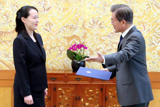 지난 2월 평창 겨울올림픽을 계기로 남측을 방문한 김정은 북한 국무위원장의 여동생 김여정 노동당 제1부부장. 문재인 대통령으로 부터 친서를 받고 있다. [청와대사진기자단]