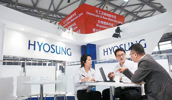 효성은 글로벌시장 지배력 강화를 위해 해외거점에 대한 투자를 강화한다. 중국 상하이에서 열린 플라스틱 산업박람회 '차이나 플라스'의 효성 전시부스에서 직원이 제품에 관해 설명하고 있다. [사진 효성그룹]