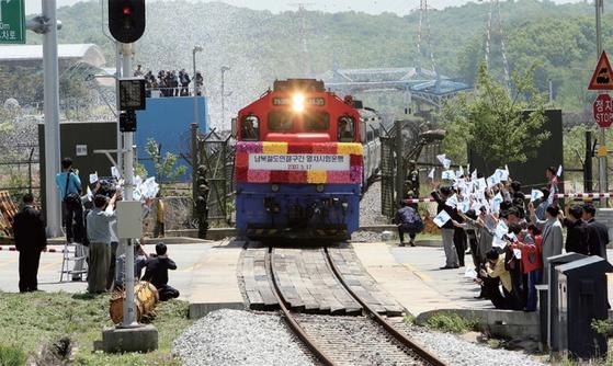 경의선과 동해선 남북철도 연결 구간 열차 시험 운행이 성사됐던 2007년 5월 경의선 열차가 남측 통문을 통과해 북으로 향하는 모습. [연합뉴스]