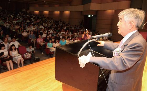 최장집 고려대 정치외교학과 교수가 2008년 6월 20일 서울 안암동 고려대 인촌기념관에서 고별강연을 열고 있다.