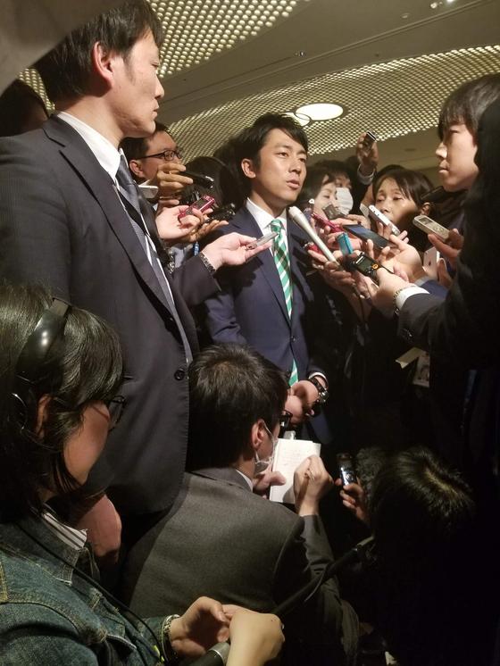 고이즈미 신지로 의원이 지난 1월 자민당 당 대회에서 기자들의 질문에 답하고 있다. 윤설영 특파원