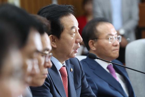 김성태 자유한국당 원내대표가 21일 국회에서 열린 원내대책회의에 참석해 발언하고 있다. 오종택 기자