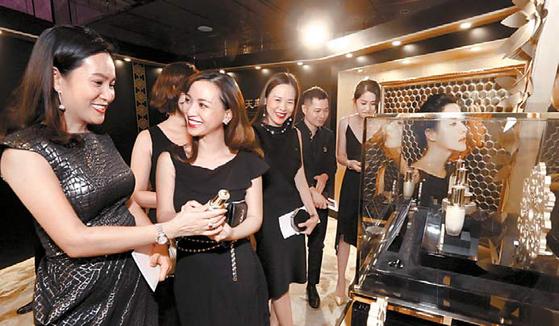 LG생활건강은 해외시장 진출 등 새로운 성장 동력 확보에 주력하고 있다. 사진은 지난 6월 홍콩에서 열린 LG생활건강 '후 궁중연향' 행사에서 관계자들이 제품을 살펴보고 있는 모습. [사진 LG생활건강]