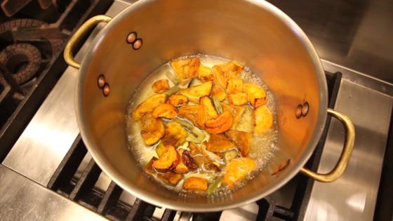 만들어 둔 채소 육수를 부어 약한불로 뭉근히 끓인다.