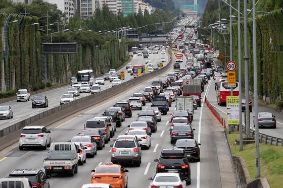 추석 연휴를 하루 앞둔 21일 오후 서울 경부고속도로 잠원 IC 부산방향이 정체를 빚고 있다. [뉴스1]