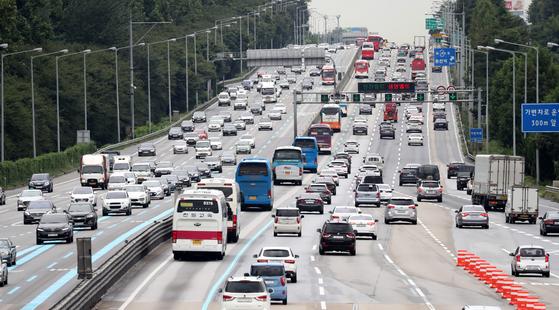 추석 명절 연휴를 앞둔 21일 오후 경기도 성남시 궁내동 서울요금소에서 바라본 경부고속도로[뉴스1]