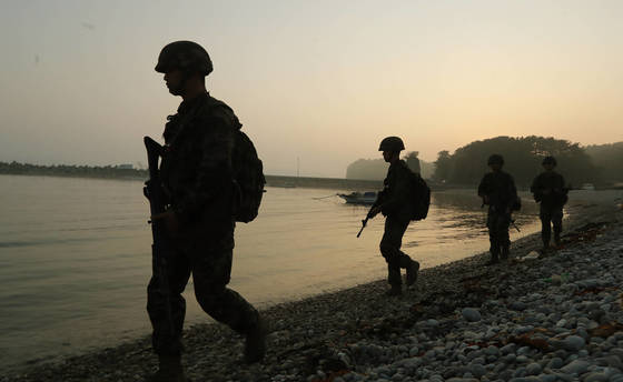 해병대 6여단 장병들이 경계근무를 서고 있다. 연합뉴스