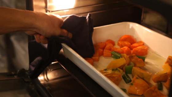 오븐을 사용해 재료를 익히는 것이 번거롭다면 냄비나 에어프라이어 찜기 등 편한 조리기구를 활용해 익혀내도 괜찮다.