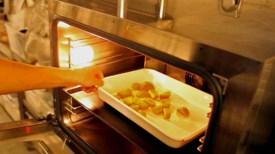 180도로 예열한 오븐에 올리브 오일에 버무린 당근을 넣고 15분 익힌다.