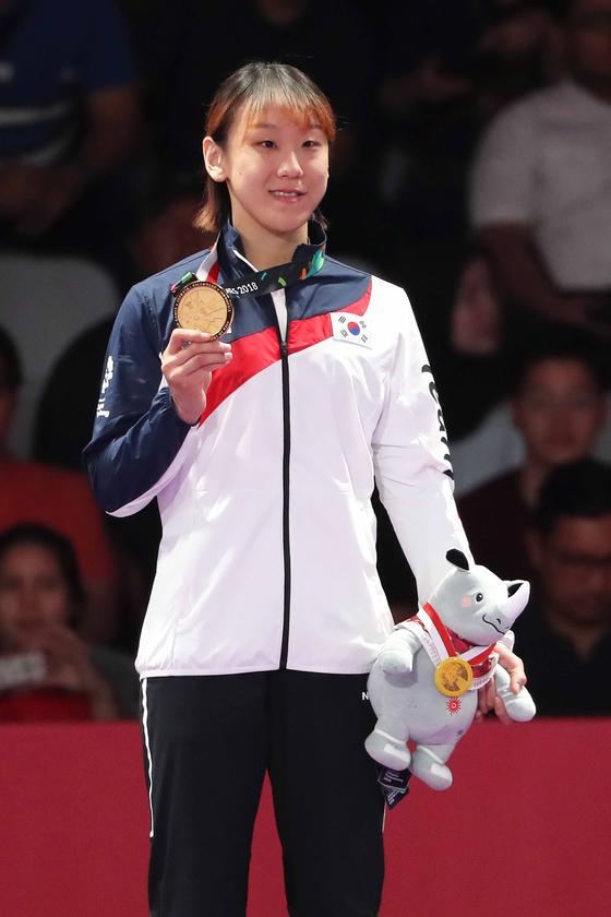 성기라가 2018 자카르타·팔렘방 아시안게임 주짓수 여자 62kg급에서 금메달을 목에 걸고 기뻐하고 있다. [뉴스1]