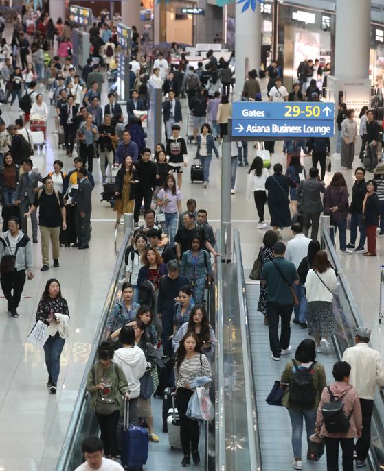 지난 21일 인천국제공항 1터미널 면세구역이 출국자들로 붐비고 있다. 인천국제공항공사는 추석 연휴기간인 21~26일 118만 명이 인천공항을 이용할 것으로 보인다고 밝혔다. [연합뉴스]