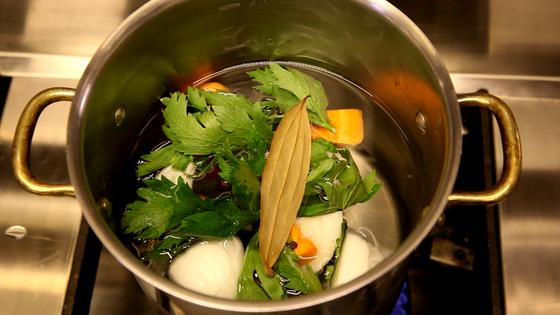 수프의 베이스 국물로 사용될 채소 육수를 먼저 준비한다. 냉장고의 자투리 채소를 활용해 육수를 내면 된다.