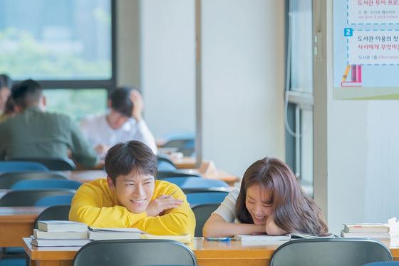 20일 종영한 '아는 와이프'. 현재를 바꾸기 위해 과거로 돌아갔지만 다시 지금의 삶을 택한다. [사진 tvN]