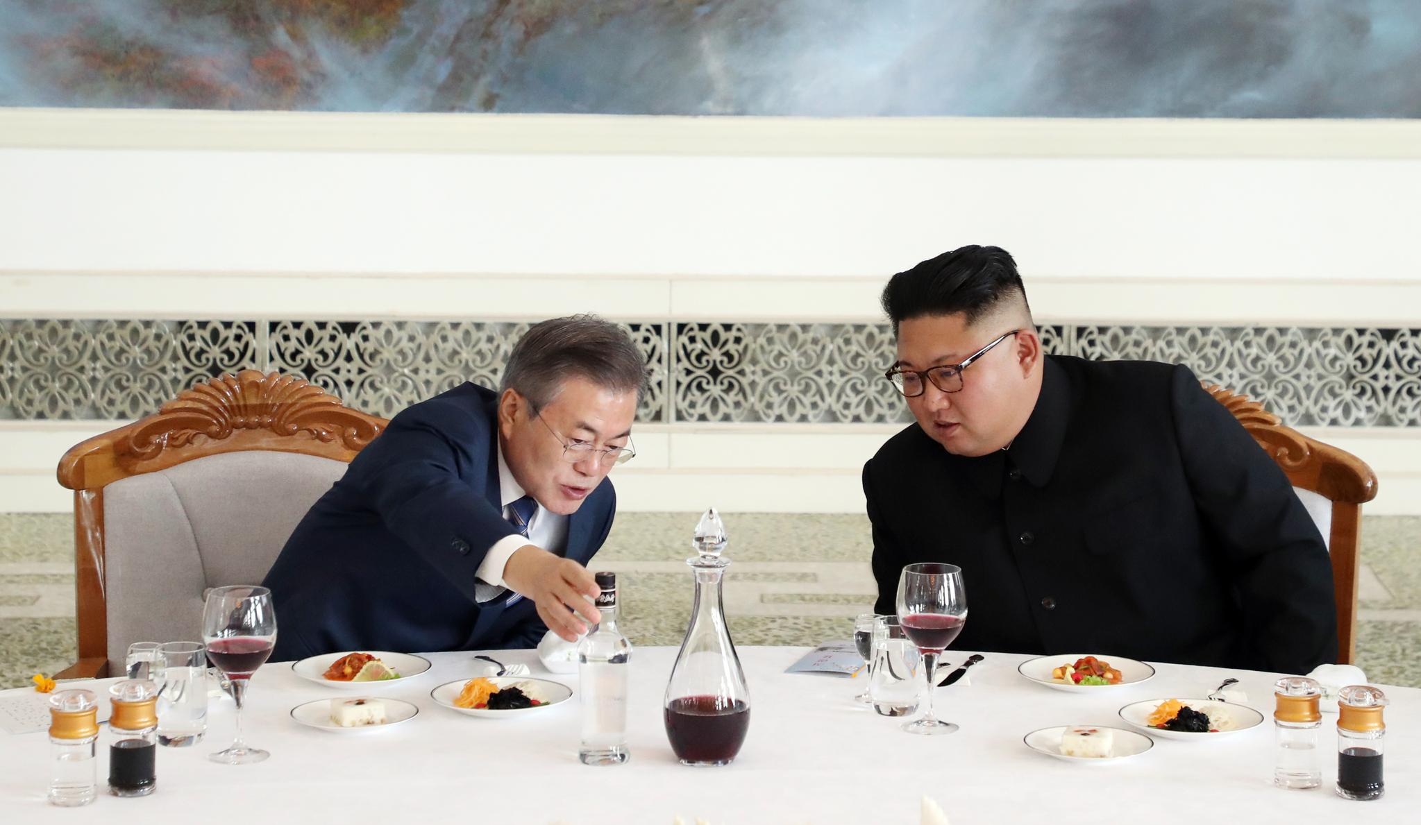문재인 대통령과 김정은 국무위원장이 19일 오후 평양 옥류관에서 오찬을 하다 평양소주에 대해 대화를 나누고 있다. 평양사진공동취재단