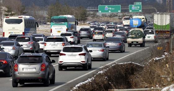 올해 설 연휴 기간에 경부고속도로와 중부고속도로가 만나는 남이 분기점 도로가 수도권으로 향하는 막바지 귀경차량들로 극심한 정체현상을 보이고 있다. [중앙포토]
