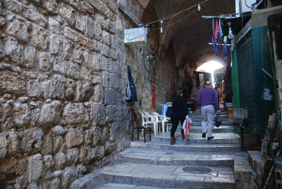 예수가 십자가를 짊어지고 한발씩 떼며 걸어갔던 이스라엘 예루살렘 십자가의 길.