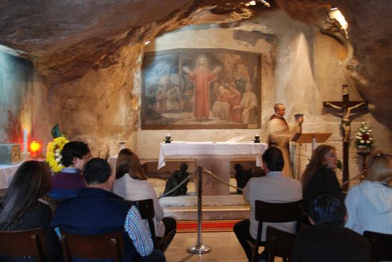 부활한 예수가 제자들을 찾아왔다는 장소에 조그만 기도처가 세워져 있다. 순례객들이 그 자리에서 묵상을 하고 있다.