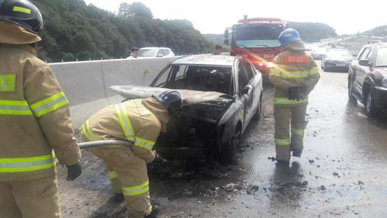 경부고속도로 달리던 쏘나타 승용차서 화재…귀성길 50분간 차량정체