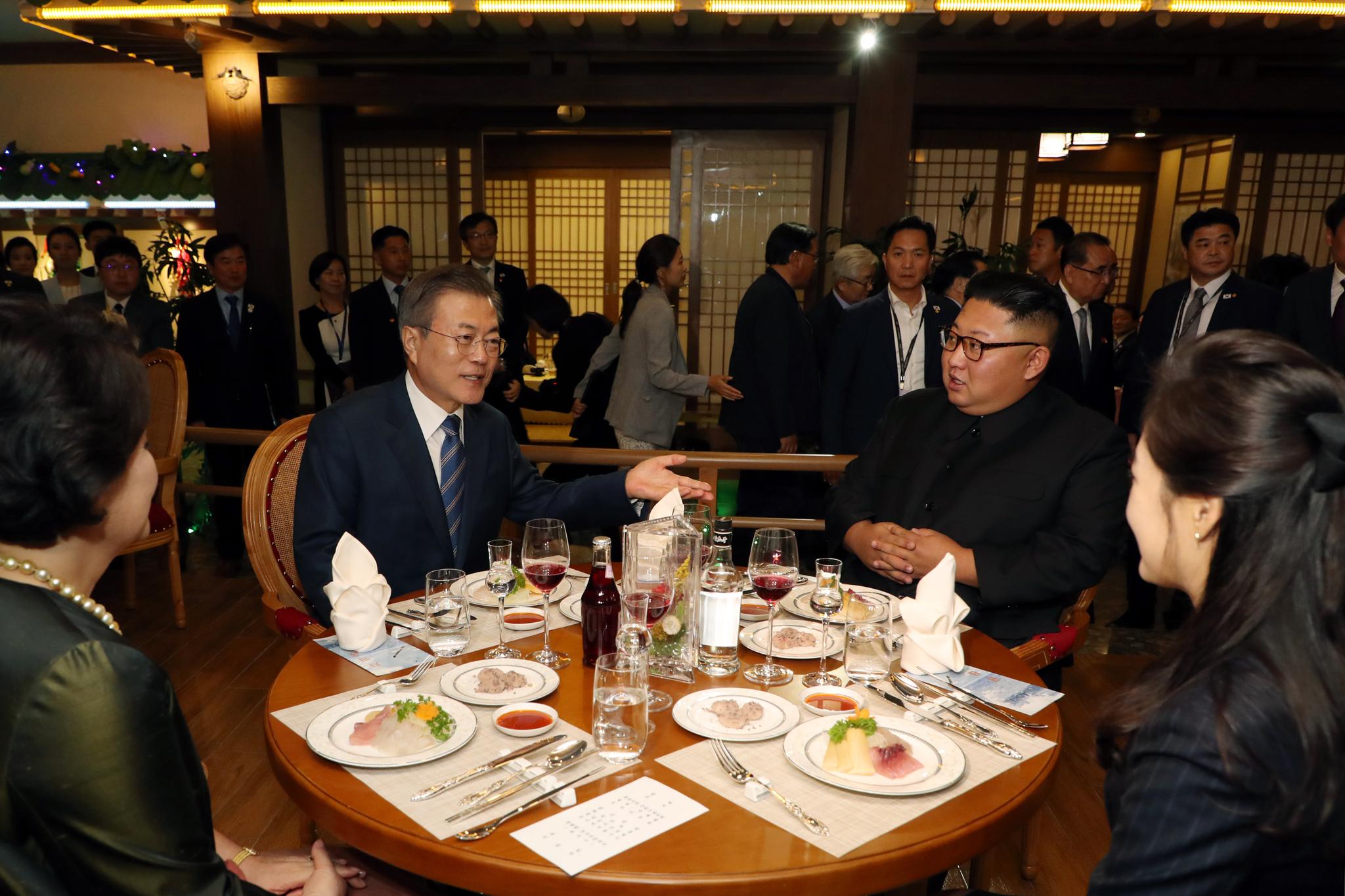 문재인 대통령 내외와 김정은 국무위원장 내외가 19일 오후 평양 대동강 수산물 식당에서 만찬을 함께 하고 있다. 평양사진공동취재단