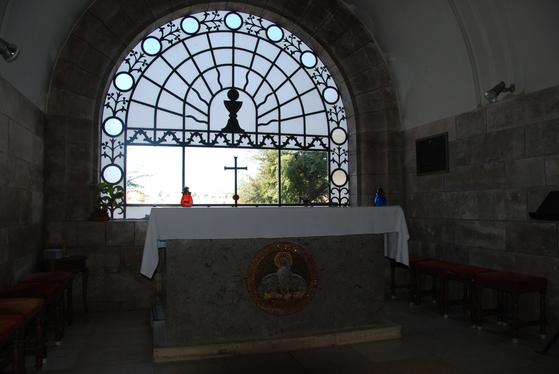 올리브 산에 세워져 있는 교회의 제단. 창밖으로 내려다보면 예루살렘 구시가지가 한 눈에 들어온다.