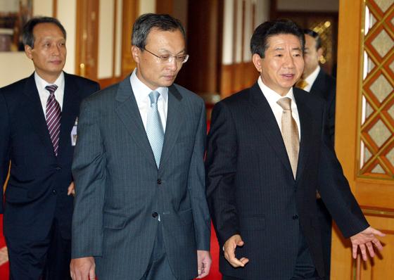 2005년 11월 1일 노무현 대통령이 국무회의에 참석하기 위해 이해찬 국무총리(가운데)와 회의장에 입장하고 있다. [중앙포토]