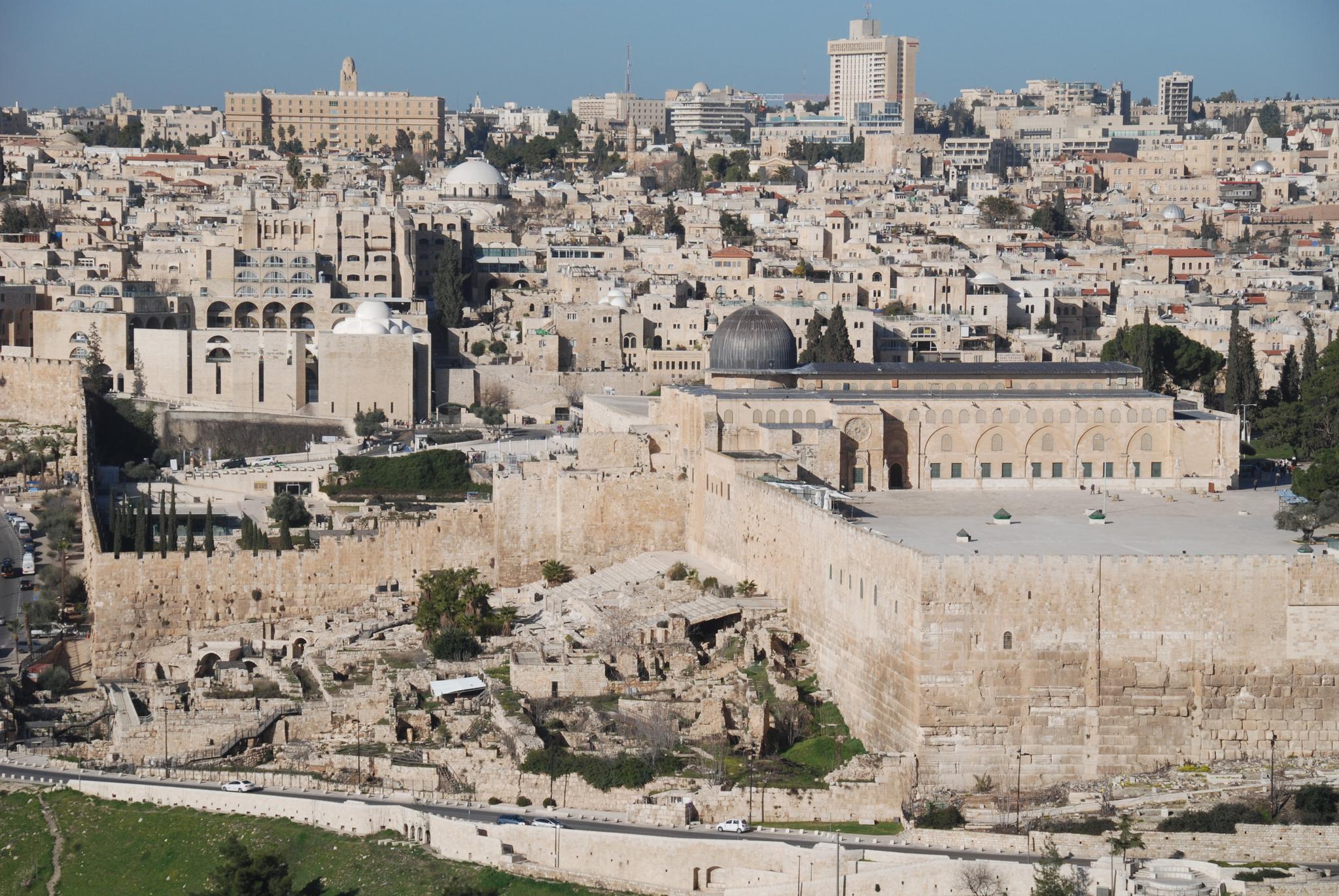 올리브산에서 내려다 본 예루살렘 구시가지의 모습. 예수가 나귀를 타고 올리브산을 내려갈 때도 예루살렘 성이 있었다.