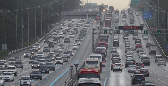 추석을 하루 앞둔 23일 오전 궁내동 서울요금소 인근 경부고속도로 상행선과 하행선 차량이 몰리고 있다. [연합뉴스]