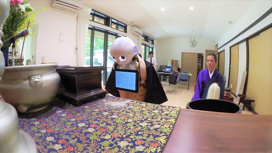 장례 진행하는 로봇, 스마트폰 속 묘지…초고령사회 일본에 등장한 新 장례 문화