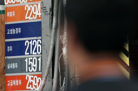 기름값이 몇달째 치솟고 있다. 사진은 지난달 25일 서울의 한 주유소. [연합뉴스]