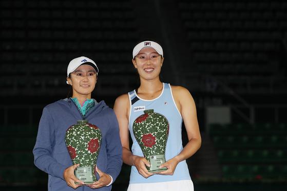 여자프로테니스(WTA) 투어 KEB하나은행 코리아오픈 복식에서 우승한 한나래(왼쪽.인천시청)와 최지희(NH농협은행)가 트로피를 들고 기념촬영 하고 있다. [연합뉴스]