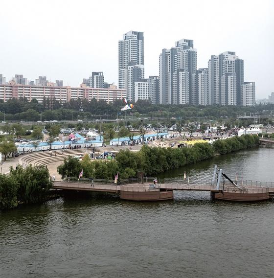 서울 반포동 아크로리버파크는 8월 말 24평형이 24억5000만원에 매매되면서 '대한민국 아파트 1번지'로 떠올랐다.