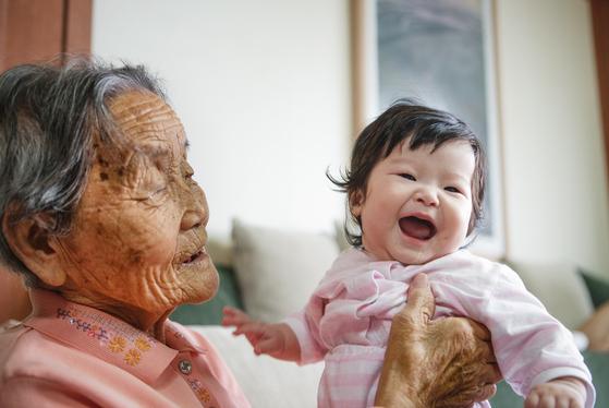 할머니의 시선이 손녀를 바라보고, 손녀는 자연스럽게 웃으면서 할머니의 애정이 애틋하게 묻어난다. [이원석 사진작가]