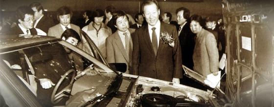 신차 발표회장에 나타난 정주영 현대그룹 명예회장의 모습. 그가 현대(現代)라는 이름을 처음 쓴 건 1946년 자동차 정비공장인 '현대자동차공업사'를 차리면서다. [중앙포토]
