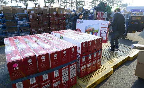 인천공항세관검사장에서 배송업체 직원들이 미국에서 배송된 LG 60인치 스마트TV를 옮기고 있다. 한 인터넷 직접구매 대행업체는 이 제품을 블랙프라이데이 할인으로 약 140만원에 판매했다. [뉴스1]