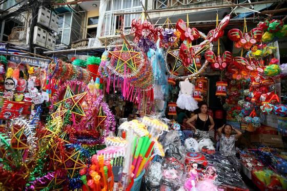 베트남의 추석 쭝투는 어린이날의 성격이 강하다.상점엔 어린이들을 위한 선물이 넘쳐난다.[EPA=연합]