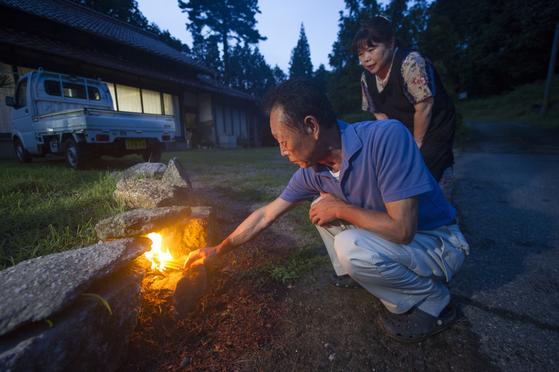 일본 오봉 명절엔 조상들의 혼이 쉽게 집을 찾아오란 의미에서 불을 지핀다.[EPA=연합]