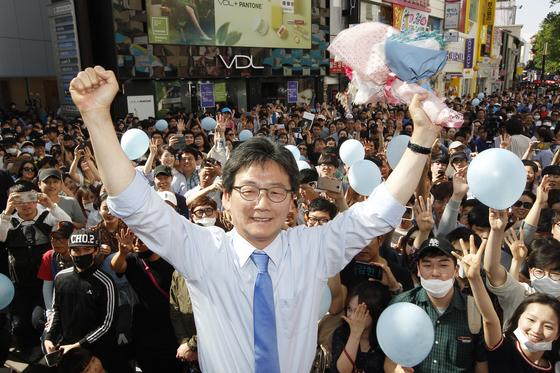 유승민 바른정당 대선후보가 제19대 대통령 선거를 이틀 앞둔 7일 대구 동성로를 찾아 시민들을 향해 지지를 호소했다. 유 후보가 지지자들이 선물한 꽃다발을 들고 환호하고 있다. 프리랜서 공정식