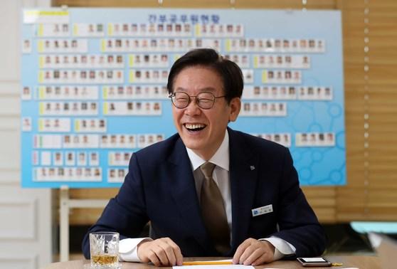 취임 후 본지와 인터뷰 중인 이재명 경기지사. 김상선 기자