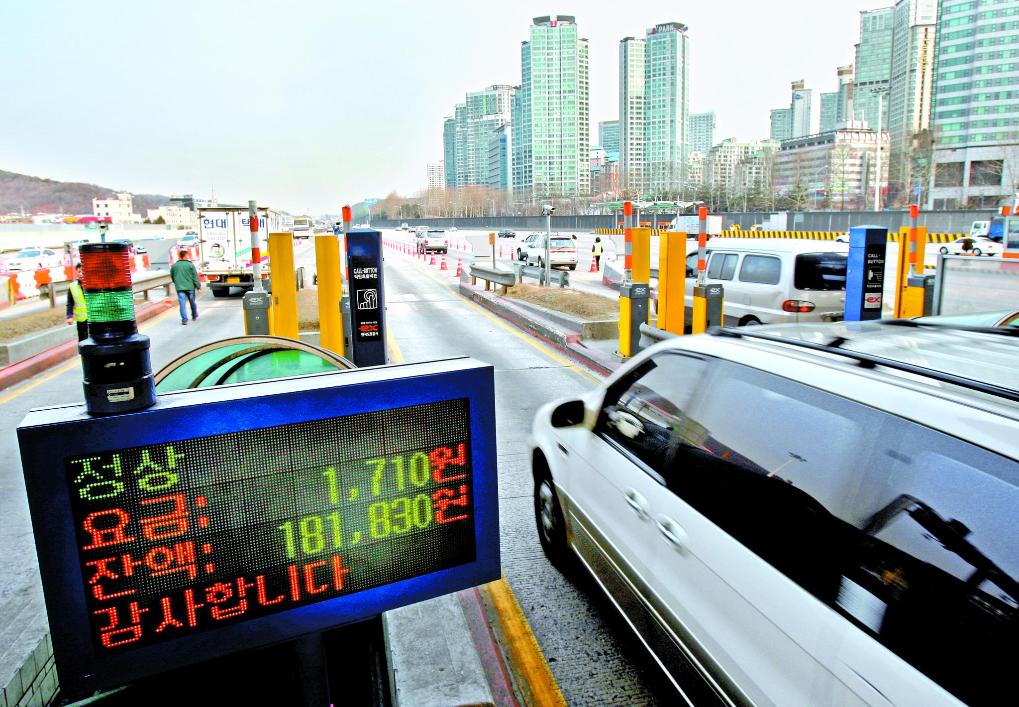 차량 한 대가 경부고속도로 서울톨게이트의 하이패스 차로를 빠져나가고 있다. [연합뉴스]