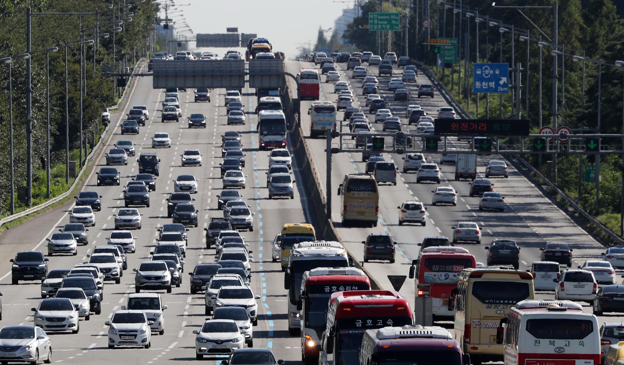 추석 연휴인 25일 오후 경기도 성남시 궁내동 경부고속도로 서울요금소 인근 서울방향(왼쪽)이 귀경차량이 몰리며 정체되고 있다. 고속도로에 귀경 차량들이 모여들면서 정체구간이 늘고 있다. 한국도로공사는 이날 오후 4~5시쯤 귀경정체가 절정에 달하고 다음날 새벽에 풀릴 것으로 예상했다. [뉴스1]