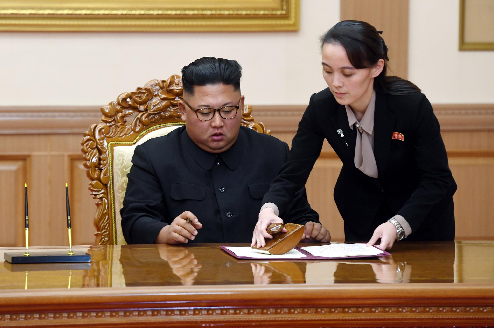 김정은 국무위원장이 19일 오전 평양 백화원 영빈관에서 열린 평양공동선언 합의문에 서명하고 있다. [평양사진공동취재단]